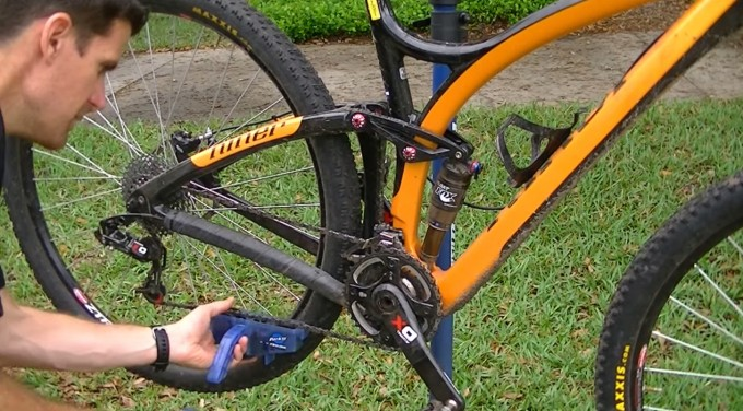 limpiando cadena mountain bike