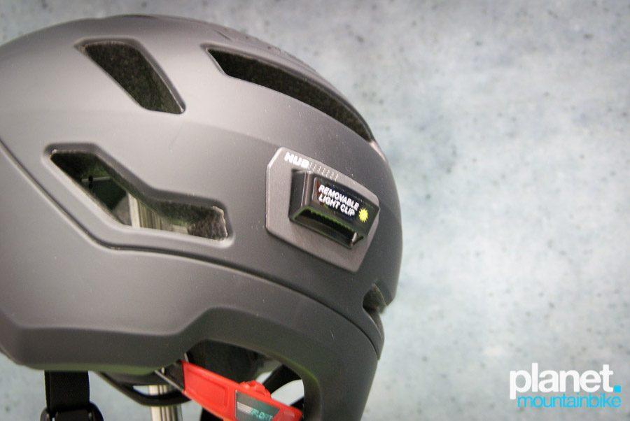 y añade interesantes soluciones para hacernos ver mientras circulamos con la bici. En la imagen el Bell Hub.